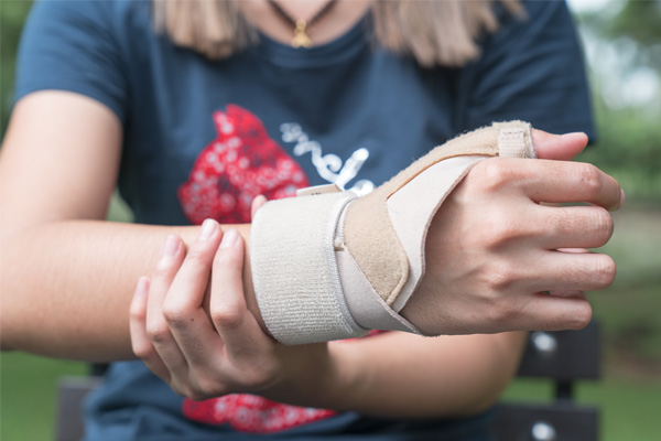 A wrist brace with a thumb spica is the best way to keep the thumb immobilised during treatment